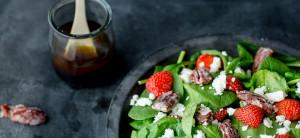 Salade féta, fraises, noix de pécan caramélisées et vinaigrette balsamique