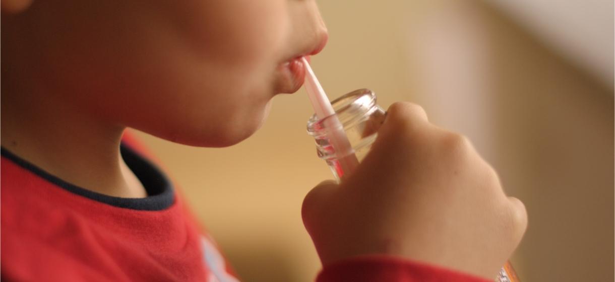 enfant-boit-boissons-rafraichissantes