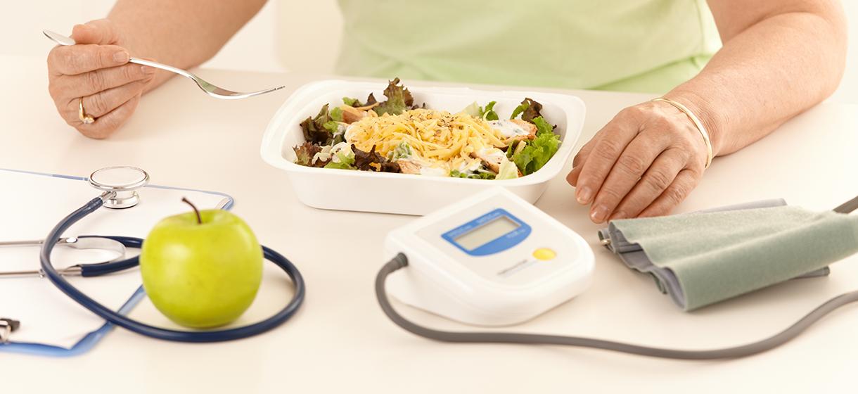 Sucrer sans sucre limite l'hypotension chez les seniors après le repas